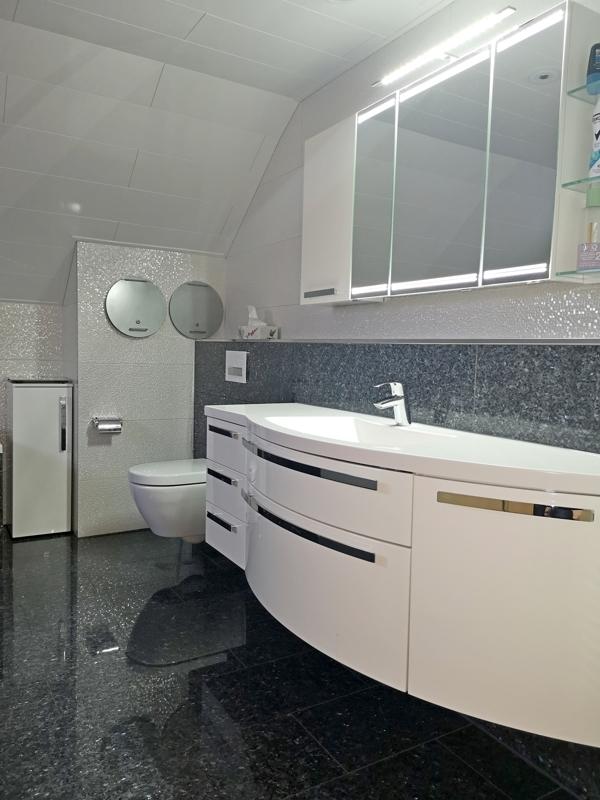 Bad - großer Waschtisch und zwei Wäscheabwürfe