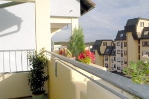 überdachte Gemütlichkeit auf dem Balkon