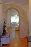 Rundogen zum Wohnzimmer mit dekorativer Steinwand