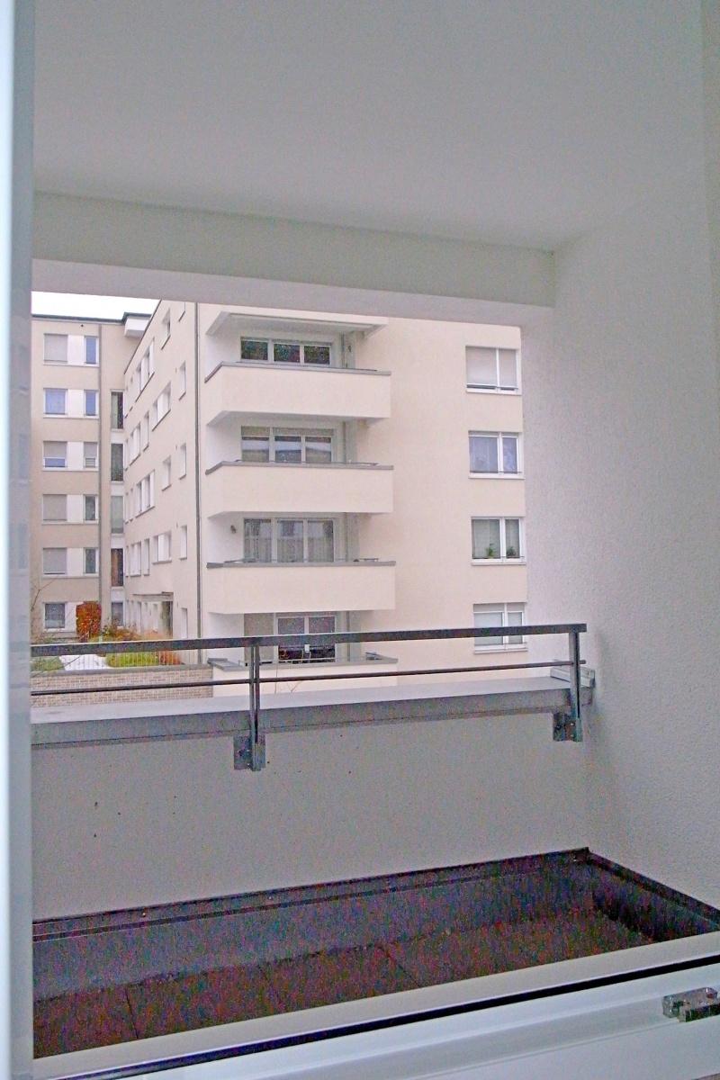 Fenster zum überdachten Balkon vom Schlafzimmer