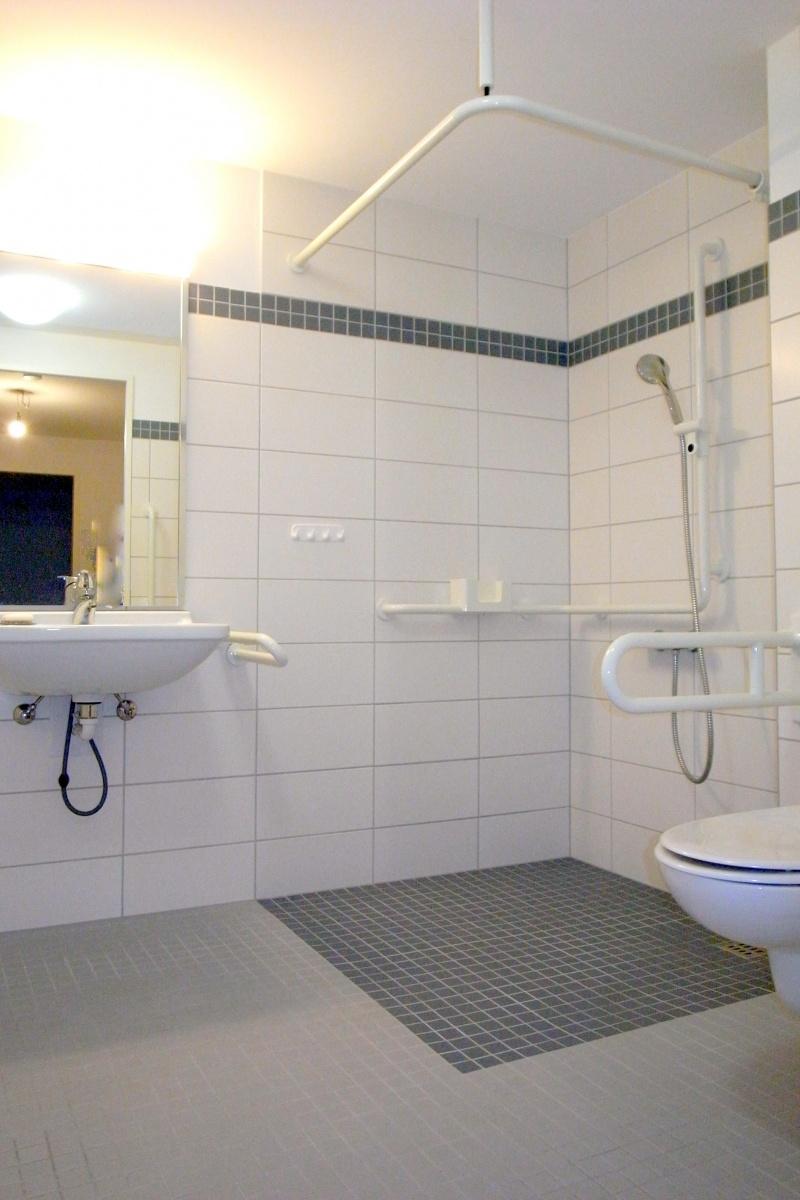 Großes, barrierefreies Badezimmer mit Waschmaschinenanschluß