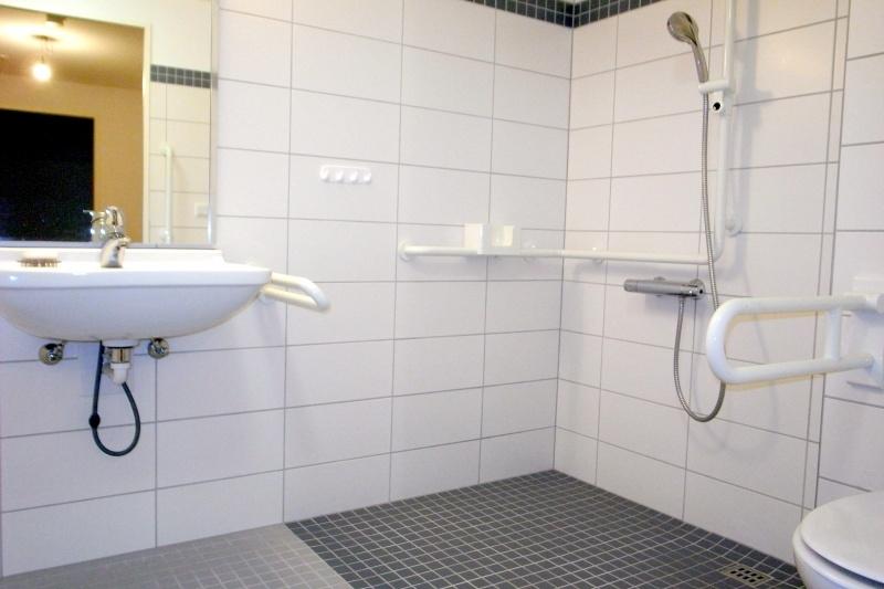 Inwändiges Badezimmer mit bodentiefer Dusche