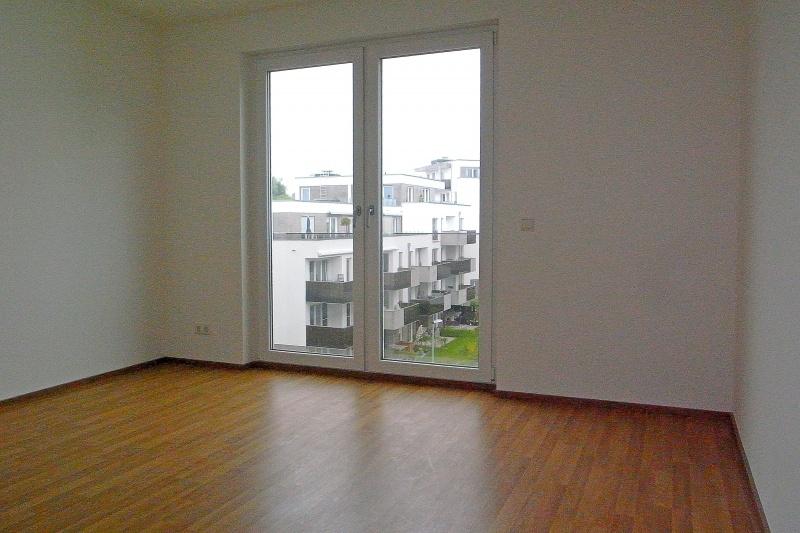 Schlafzimmer m. bodentiefen Fenstern