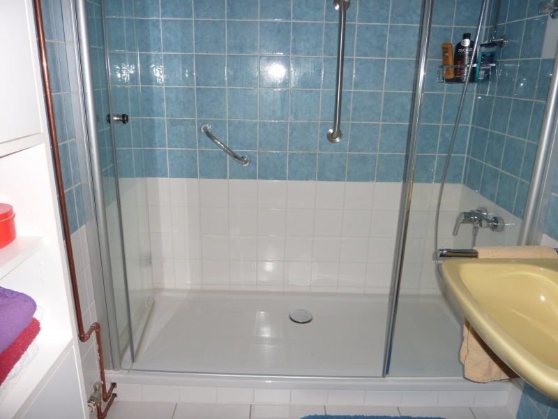 große bodentiefe Dusche
