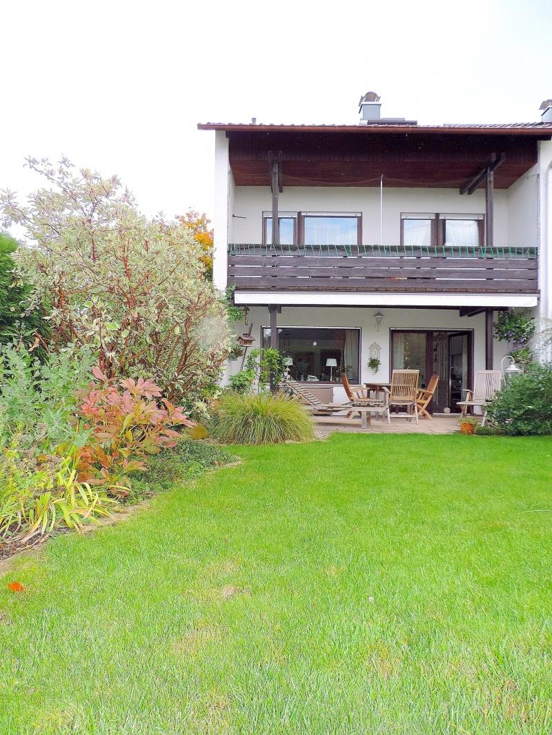 Rundblick Garten mit Sicht aufs Haus