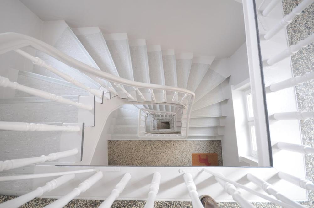 frisch saniertes Treppenhaus.png