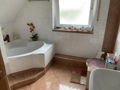 Bad mit Dusche und Eckwann