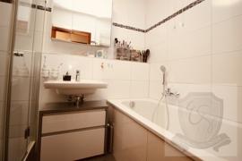 Bad mit Dusche, Wanne + Waschmaschinenplatz