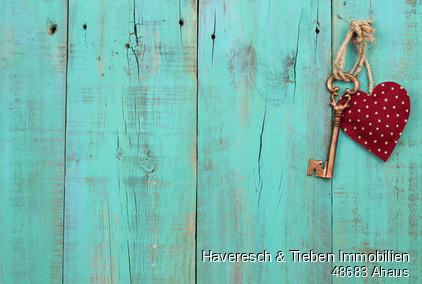 ©76080171_Fotolia.com.jpg. Red heart und key on artique wood
