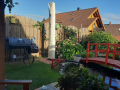 Grillbereich im Garten und Teichbereich