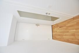 Wohnungseingangstüre und Türe zum Badezimmer