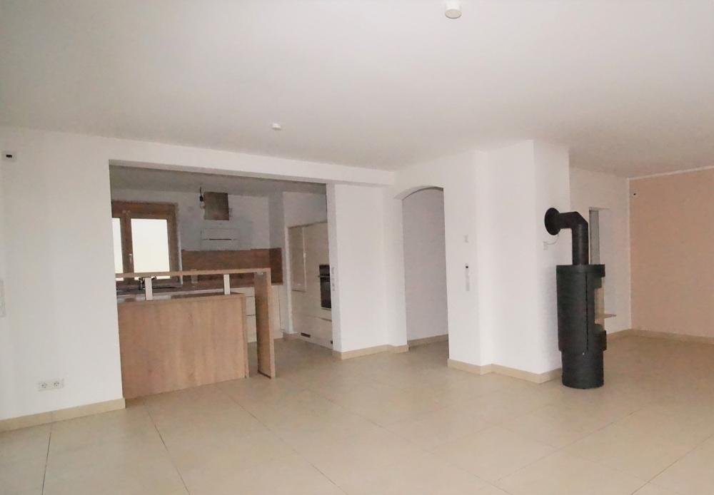 Wohnbereich und Blick zur Küche