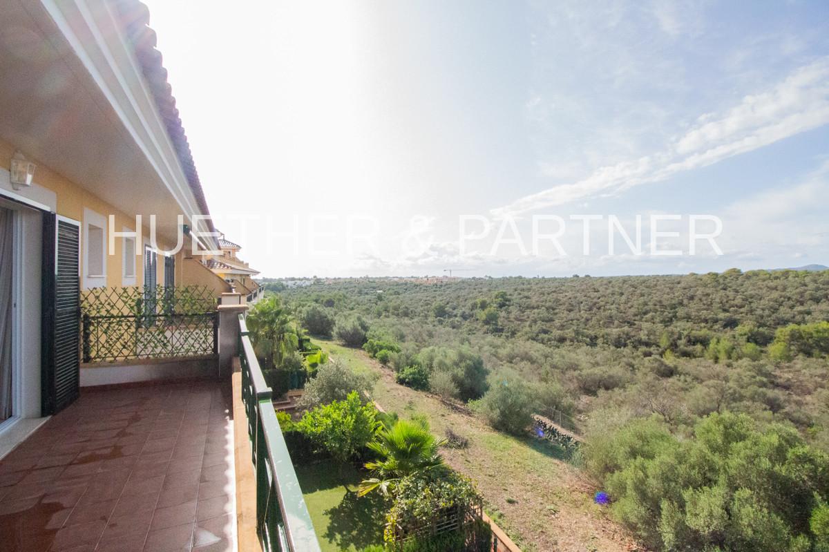 Balkon mit Blick in die Landschaft