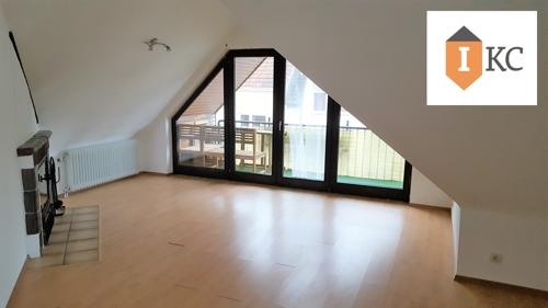 Blick ins Wohnzimmer und Loggia