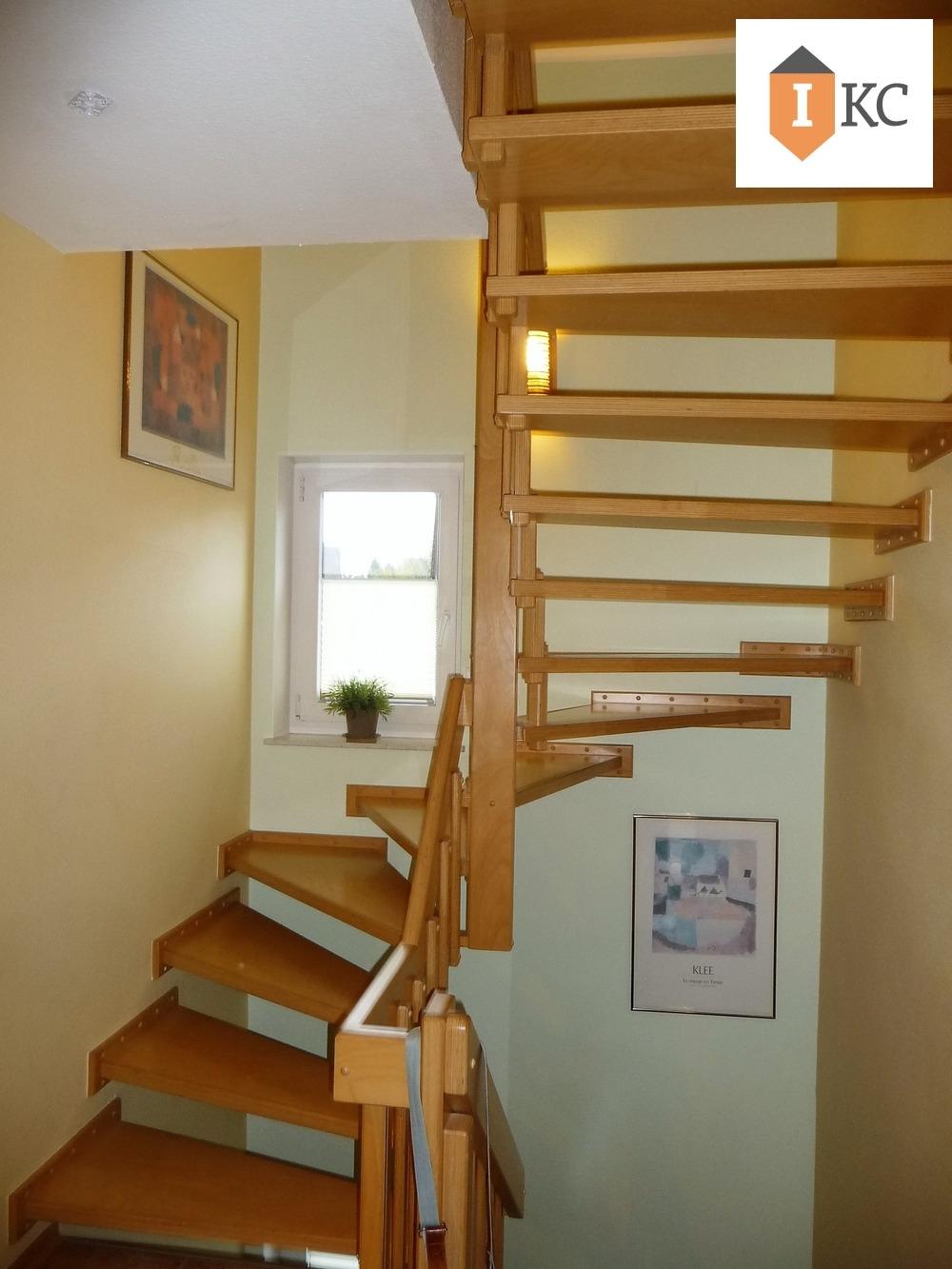 Holztreppe zum Dachgeschoss