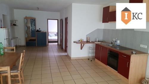 Wohn-Esszimmer mit Blick auf die Einbauküche