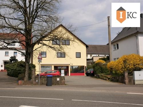 Blick auf das Haus mit Parkplatz 2