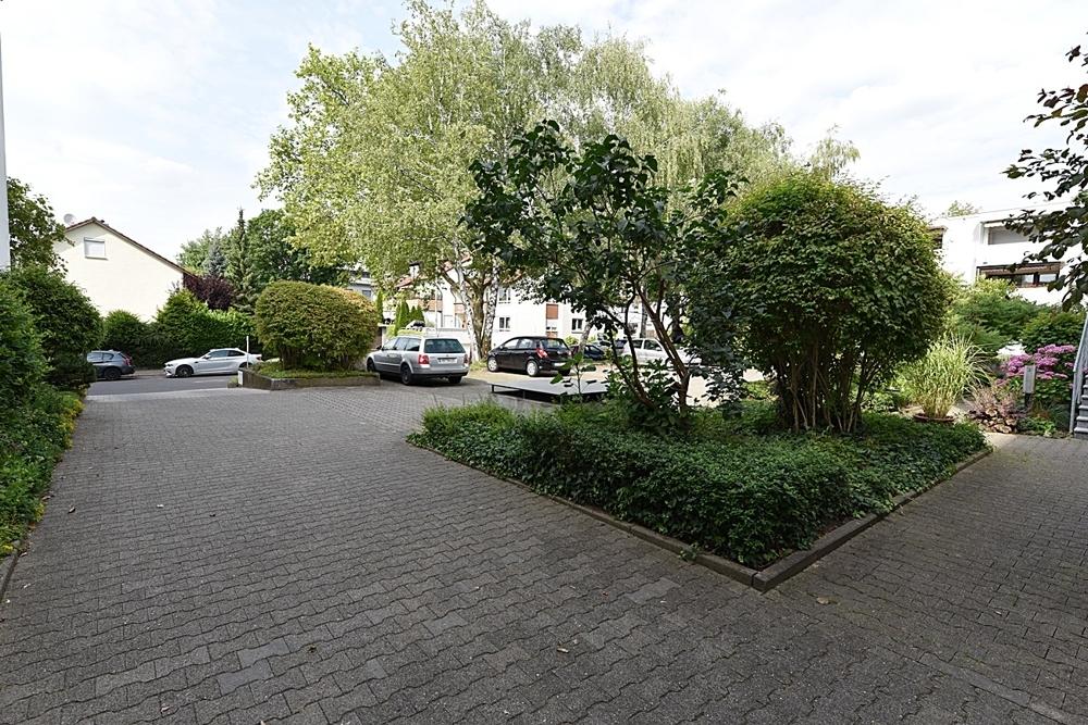 Haus Eingangsbereich inkl. Parkplätze