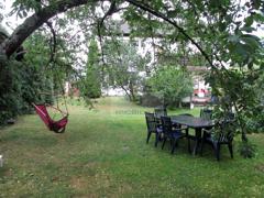 Privatgarten mit Kirschbaum