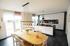 Lichtdurchflutete, offene Küche