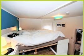 Schlafzimmer / Bett auf baulicher Erhöhung
