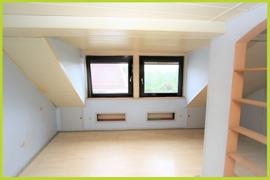 Zimmer mit Gaube Dach