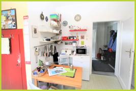 Küche mit Vorratskammer