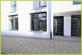 Große Fensterfronten mit eigenem Eingang