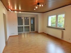 Wohnzimmer mit Bodenfenstern
