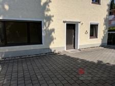 Eingang und Fensterfront