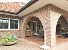 Terrasse mit Rundbogen und überdachte Eckterrasse