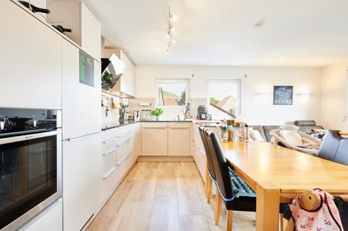 XXL-Küche mit Steinarbeitsplatte