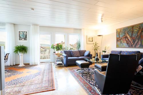 großzügiger offen gehaltener Wohnbereich mit XL-Fensterfront