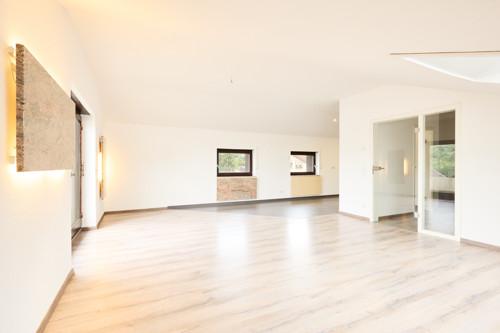 großer Wohn-/Essbereich mit Glastüre und Desing-Heizkörper aus Echtstein