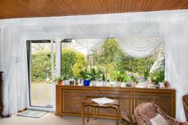 Blick auf die große Fensterfront im Wohnzimmer