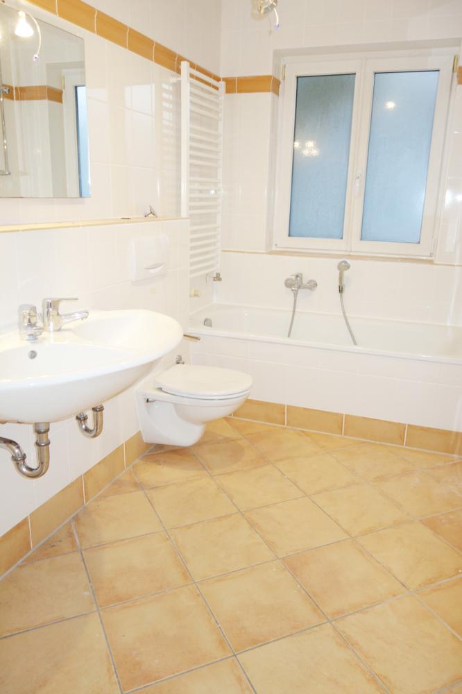Badezimmer mit Wanne (Teilansicht)
