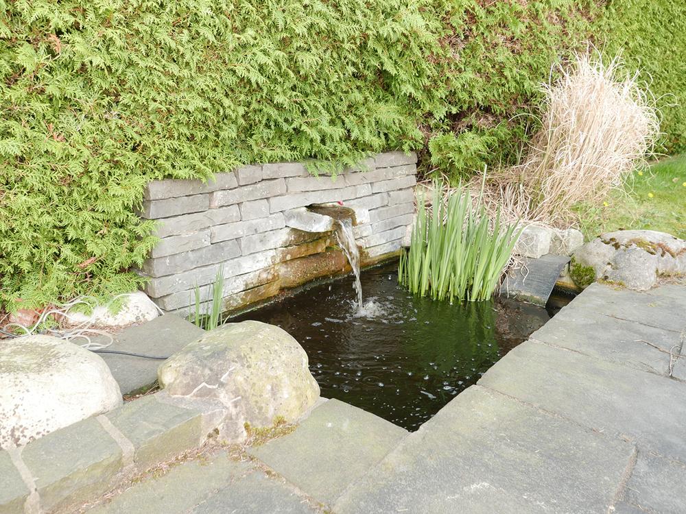 Wasserspiel am Übergang Terrasse/Rasen