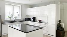 Küchenbereich mit Kücheninsel