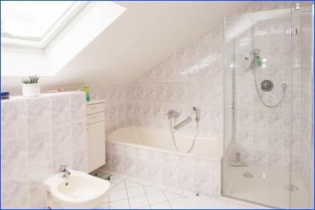 dazugehöriges Badezimmer