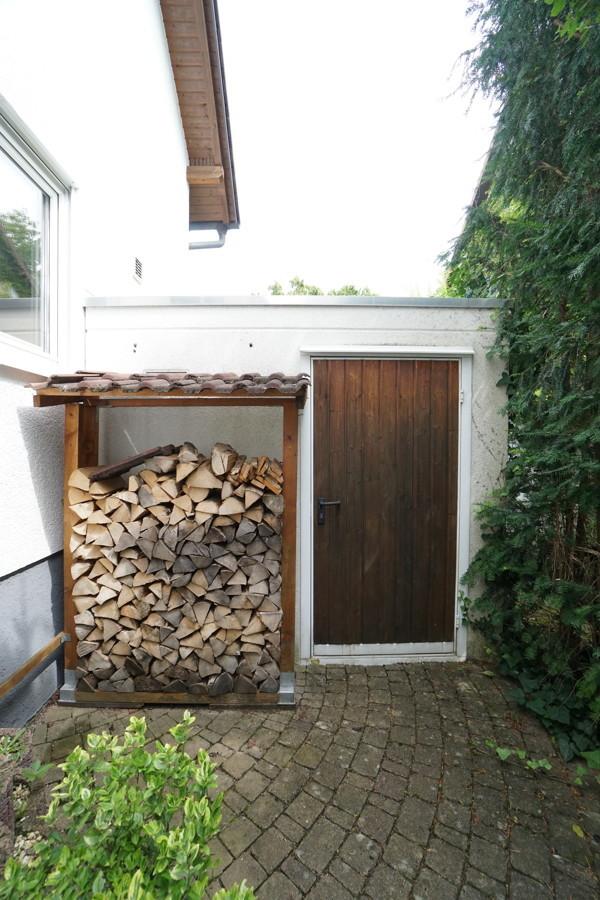 Garage mit Holzstapel