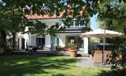 Hausansicht und Garten