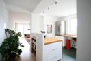 Küche mit Blick in den Wohn-Essraum