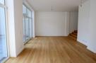 Wohnzimmer mit Treppe zur Küche
