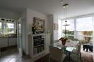 Essbereich mit Süd-Erker und Blick in die Küche