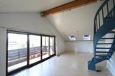 Wohnraum mit wendeltreppe zur Galerie