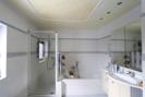 großes Bad mit Fenster
