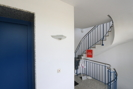Gepflegtes Treppenhaus mit Fahrstuhl