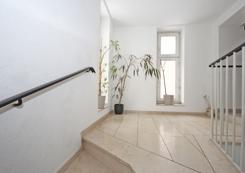 Das helle Treppenhaus im Objekt - Marmorboden, Rauputz
