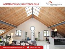 Attraktive Wohnraumsymmetrie mit großen Oberlichtfenstern