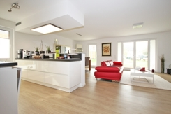 Wohnraum mit offener Küche und terrassen/Gartenzugang